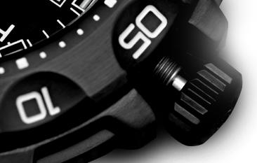odkręcona koronka w czarnej kopercie zegarka P49 Tornado Pro marki traser