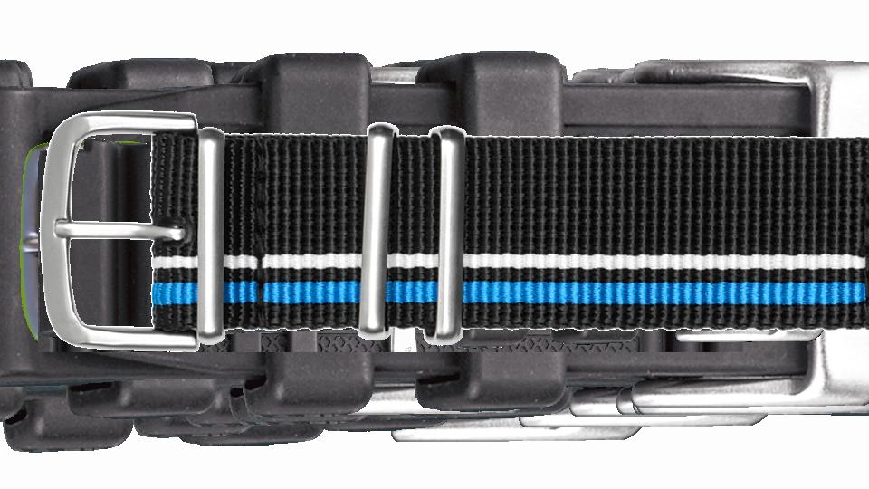 tekstylny pasek w kolorze czarnym oraz białym i niebieskim paskiem do zegarka P66 marki traser