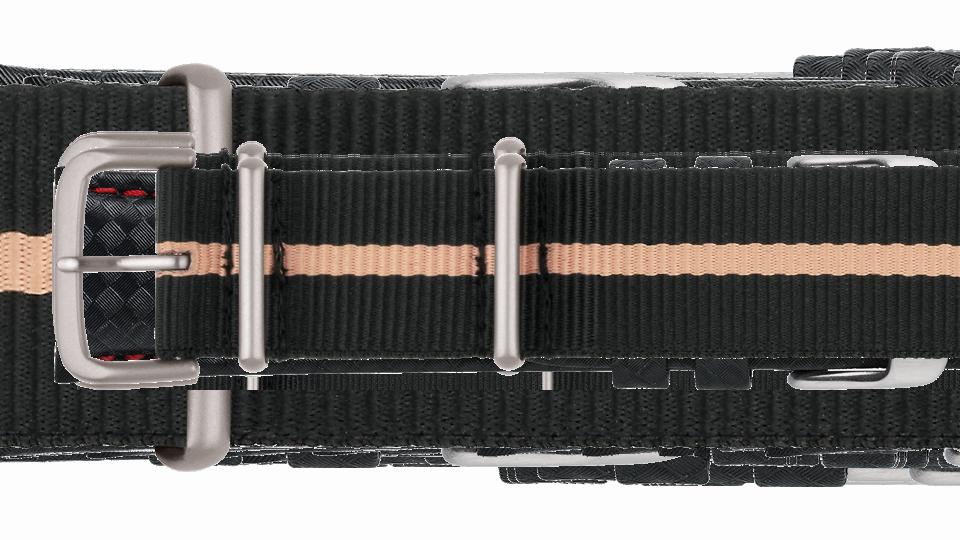 czarny pasek tekstylny typu NATO z beżowym paskiem pośrodku do zegarka marki traser