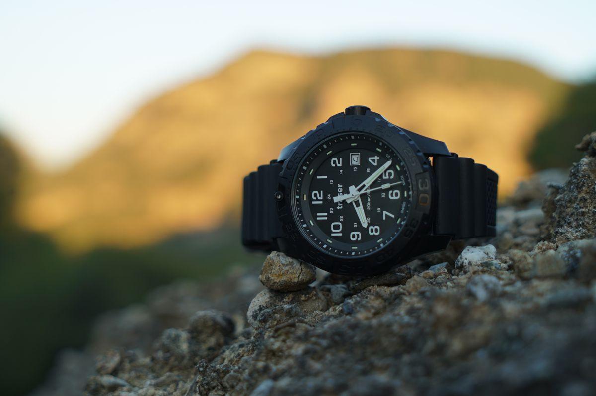 czarny zegarek taktyczny traser P96 OdP na gumowym pasku w górach