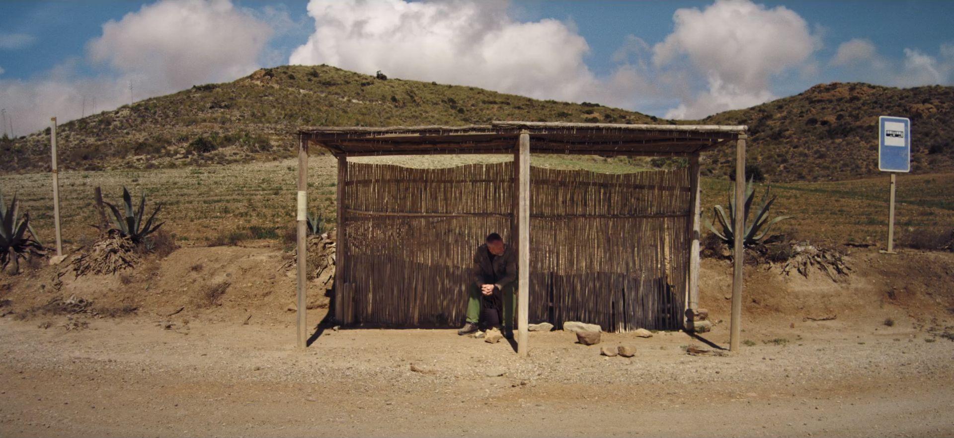 mężczyzna siedzący na przystanku autobusowym w Andaluzji