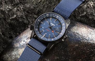 taktyczny zegarek traser P68 Pathfinder GMT Blue na kamieniu