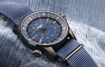 taktyczny zegarek traser P68 Pathfinder GMT Blue na niebieskim jeansie