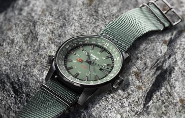 taktyczny zegarek traser P68 Pathfinder GMT Green na kamieniu