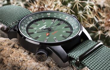 taktyczny zegarek traser P68 Pathfinder GMT Green na pustyni