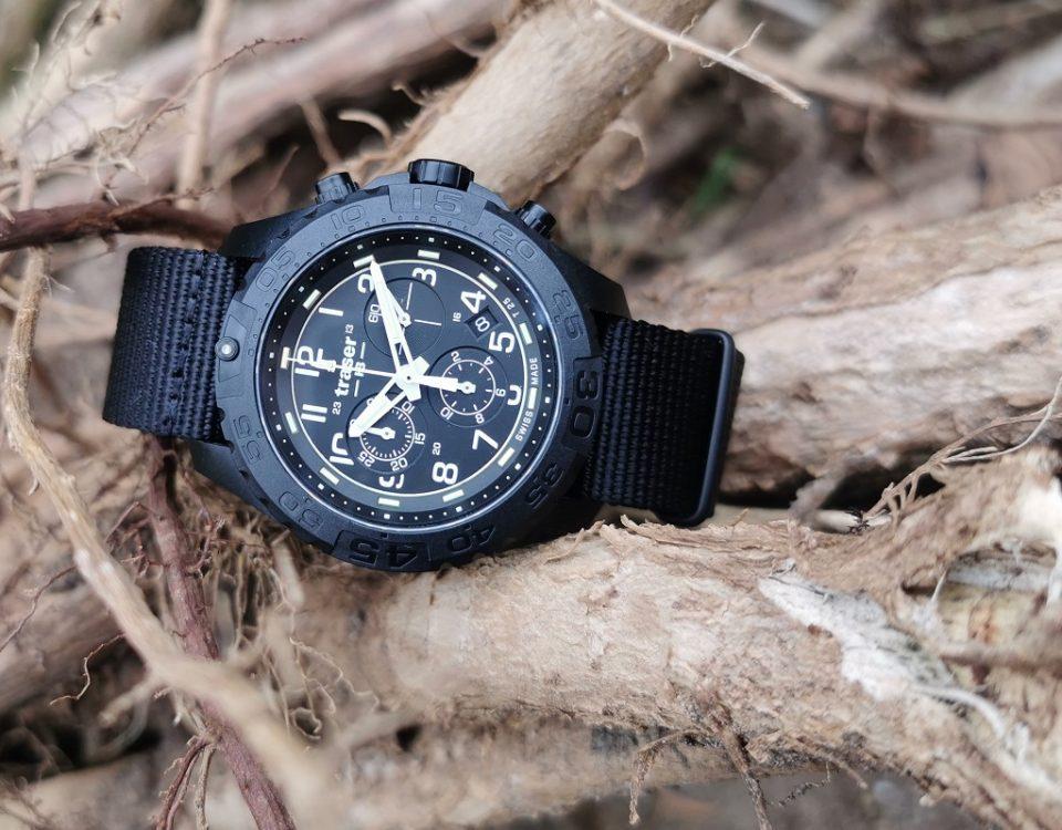 taktyczny zegarek traser P96 Evolution Black Chronograf na pustynnym krzewie