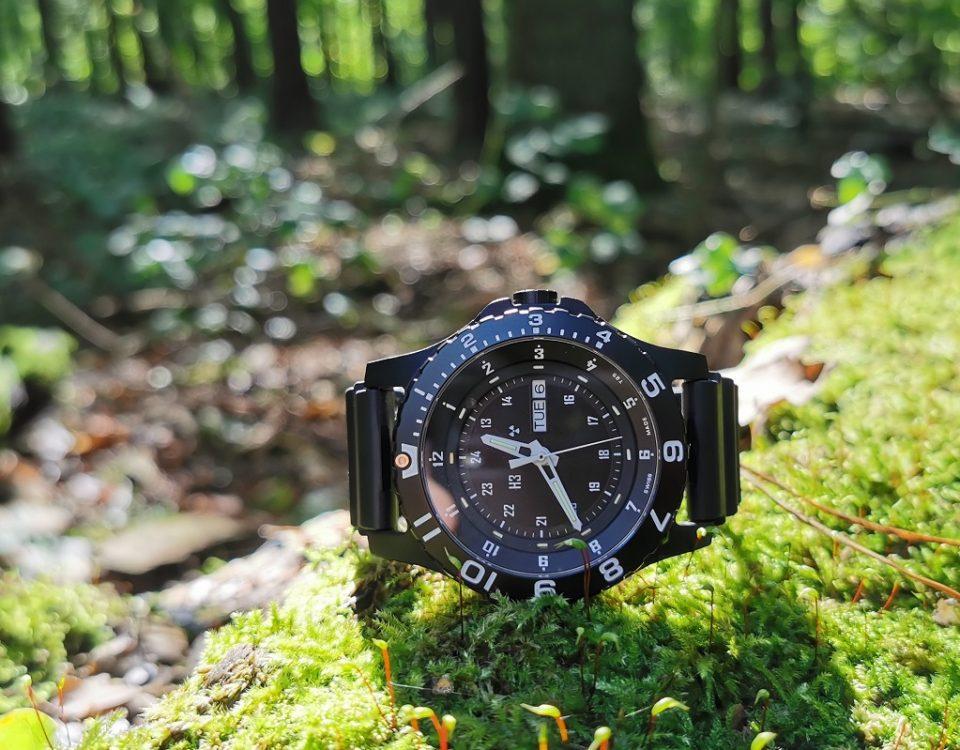 taktyczny zegarek traser P66 Type 6 MIL-G w lesie na mchu