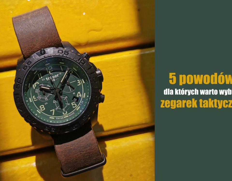 zegarek traser P96 Evolution Chrono green z zieloną tarczą, czarną kopertą i brązowym paskiem skózanym typu nato na tle żółtych desek drewnianych.