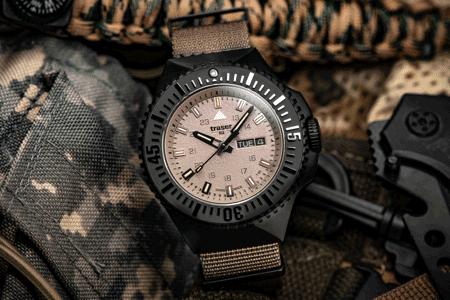 Zegarek taktyczny traser P69 Black Stealth z tarzą w kolorze piasku na pasku tekstylnym typu NATO